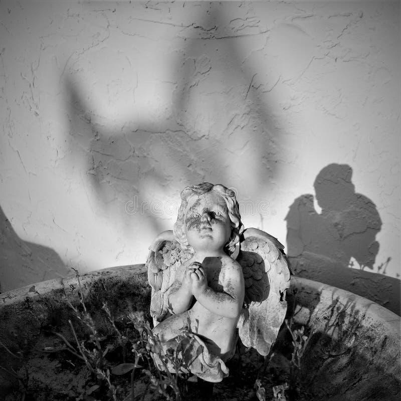 Ángel del jardín imagenes de archivo