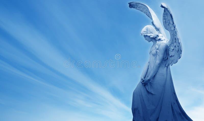 Ángel en el concepto del fondo del cielo azul de religión fotografía de archivo libre de regalías