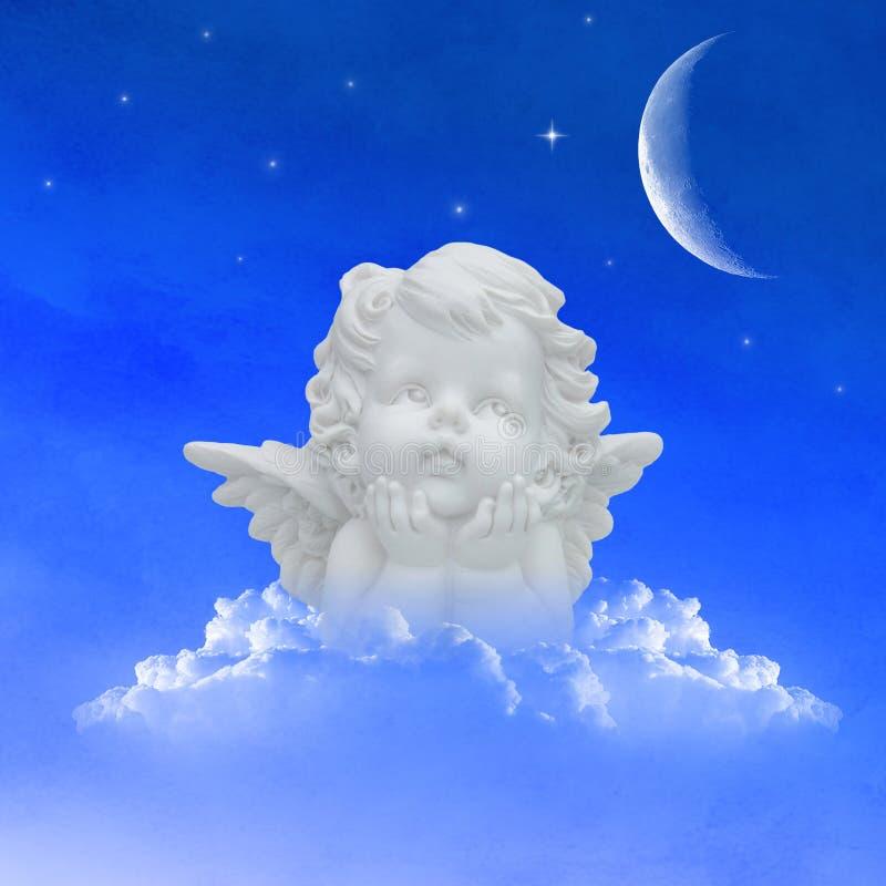 Ángel en las nubes en el cielo nocturno fotografía de archivo
