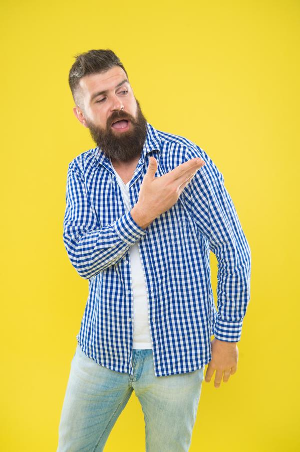 Ángel en mi hombro Moda de la barba y concepto del peluquero Fondo amarillo de la barba barbuda del inconformista del hombre Extr imagenes de archivo
