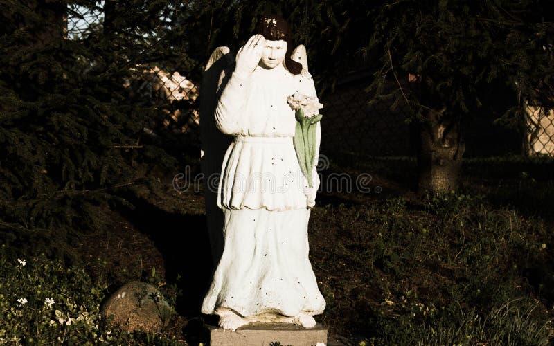 Ángel en mi jardín foto de archivo
