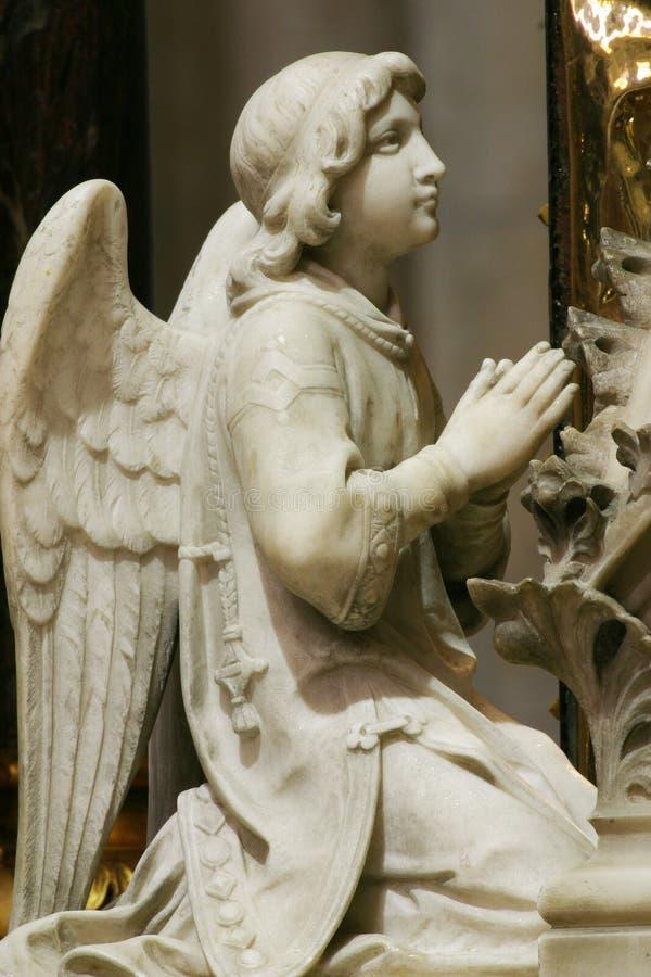 Ángel, estatua en el altar principal en la catedral de Zagreb foto de archivo libre de regalías
