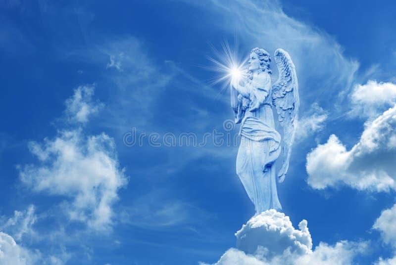 Ángel hermoso en cielo con los rayos de la luz divinos foto de archivo