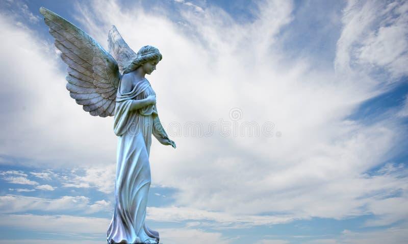 Ángel hermoso en cielo sobre el cielo nublado stock de ilustración