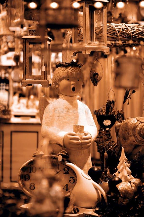 Download Ángel Lindo En La Ventana De La Tienda Foto de archivo - Imagen de diversión, presente: 42446342