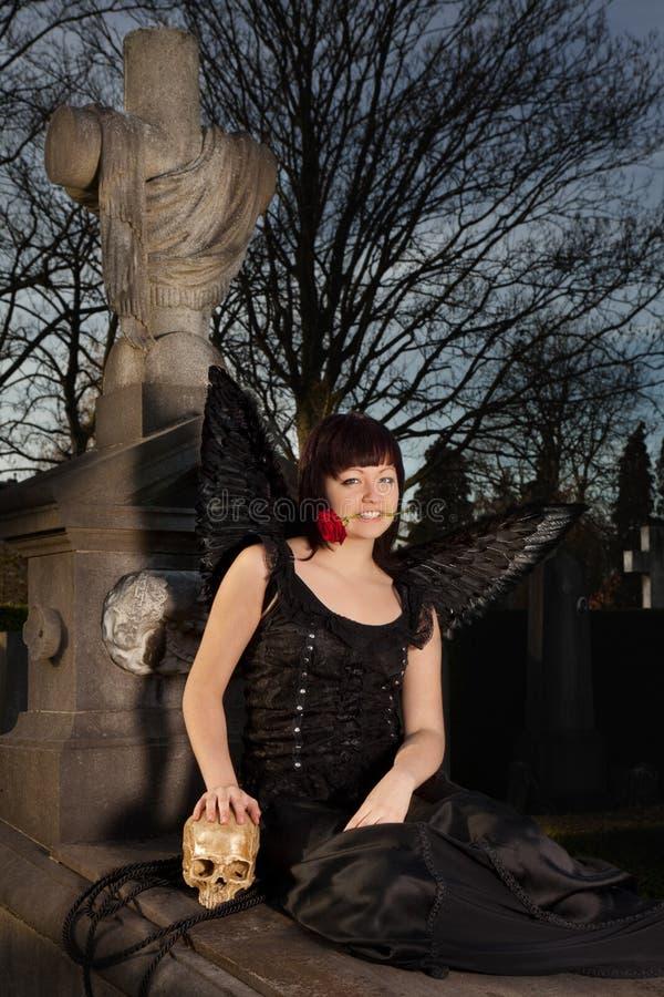 Ángel negro en un sepulcro fotos de archivo