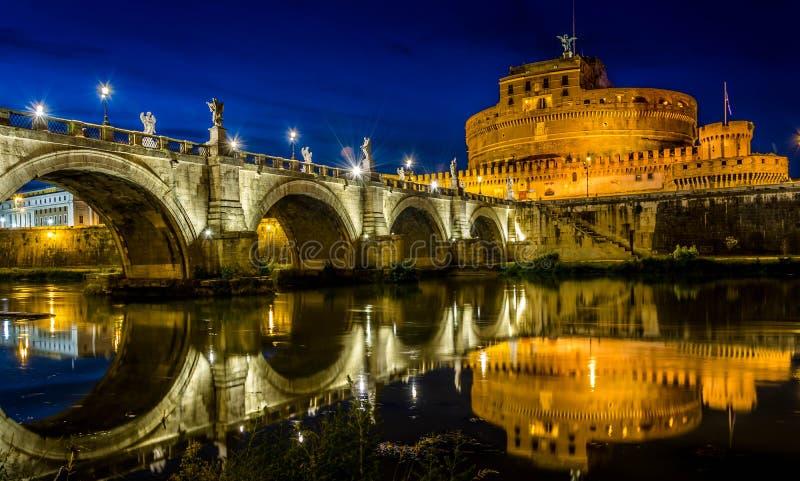` Ángel, reflexión de Castel Sant de Roma en la noche foto de archivo