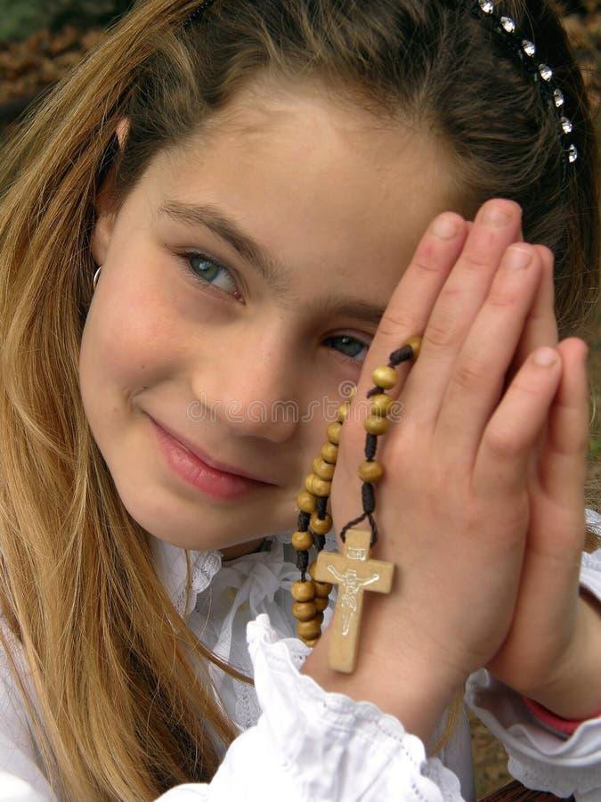 Ángel (rezo) con un rosario 1 foto de archivo