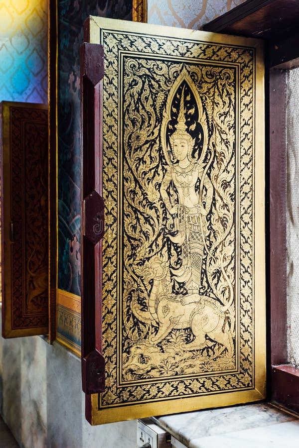 Ángel tailandés de oro adornado en ventana dentro del monasterio tailandés en Bodh Gaya, Bihar, la India foto de archivo libre de regalías