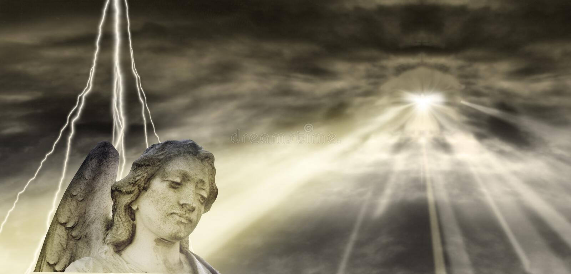 Ángel y cielo dramático stock de ilustración