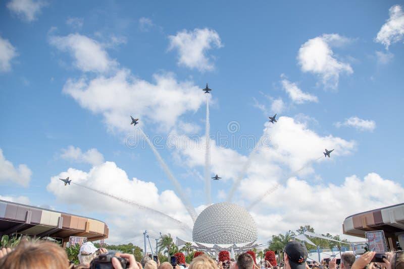 Ángeles azules de US Navy en la formación lista para realizar una exhibición de vuelo sobre Epcot foto de archivo
