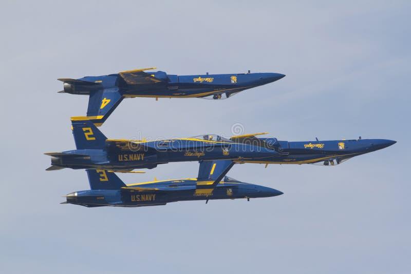 Ángeles azules en vuelo fotos de archivo