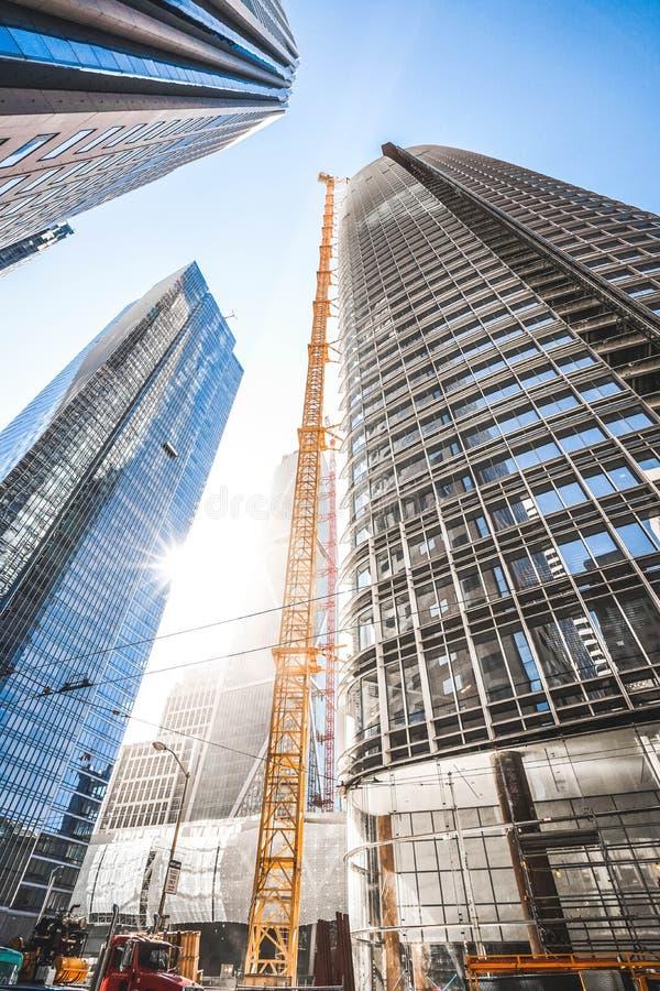 Ángulo bajo vertical tirado de edificios de cristal altos del negocio en un día suuny en SF céntrico, CA foto de archivo libre de regalías