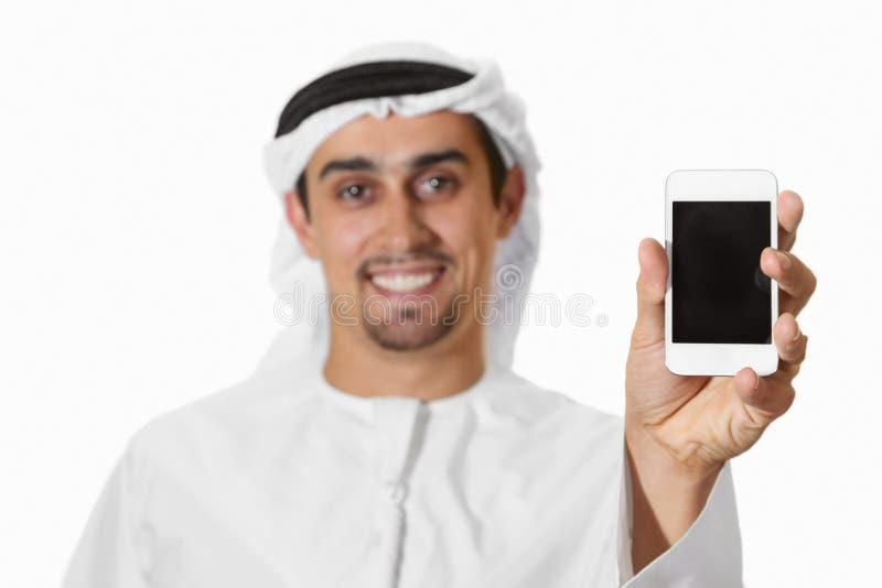 Árabe de sorriso novo com telefone esperto foto de stock royalty free