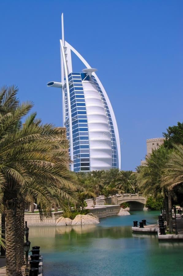 Árabe del al de Burj del hotel en el fondo de los canales del agua de Jumeirah imagen de archivo