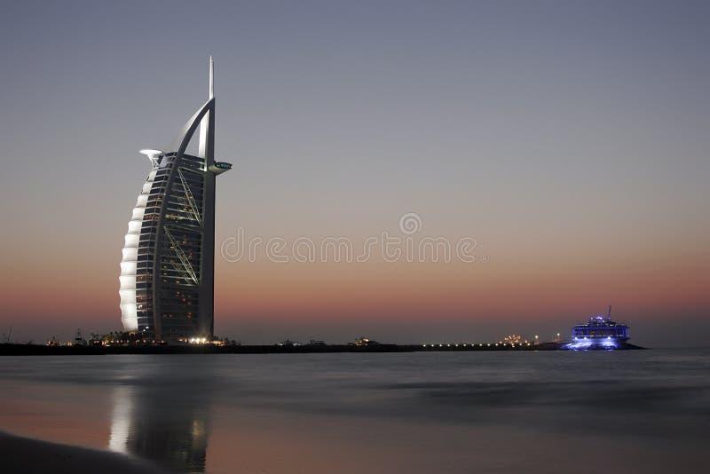 Árabe do al de Burj em a noite foto de stock
