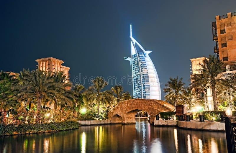 Árabe do Al de Burj na noite imagens de stock
