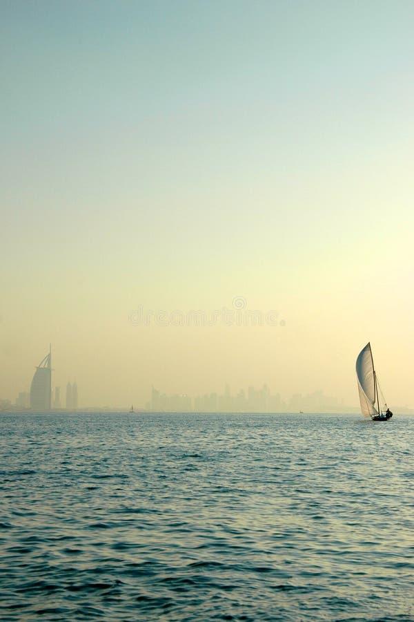Árabe do Dhow e do Al de Burj no golfo imagem de stock royalty free