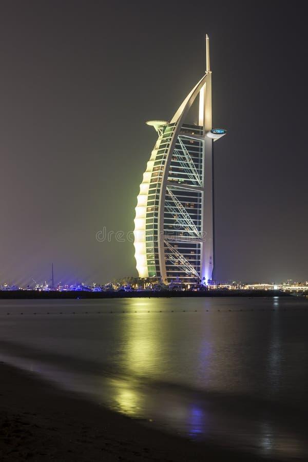 Árabe en la noche, Dubai del al de Burj imagen de archivo libre de regalías