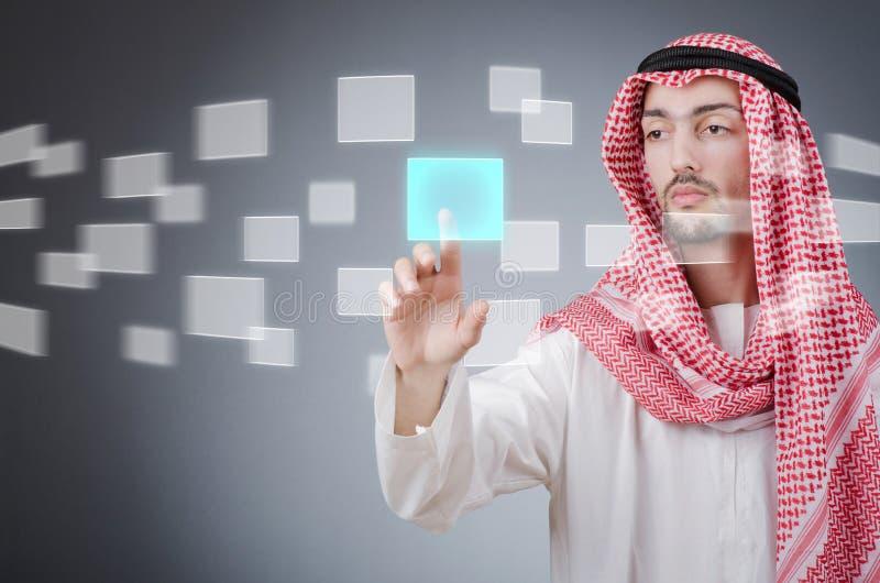 Árabe novo que pressiona teclas virtuais imagem de stock royalty free