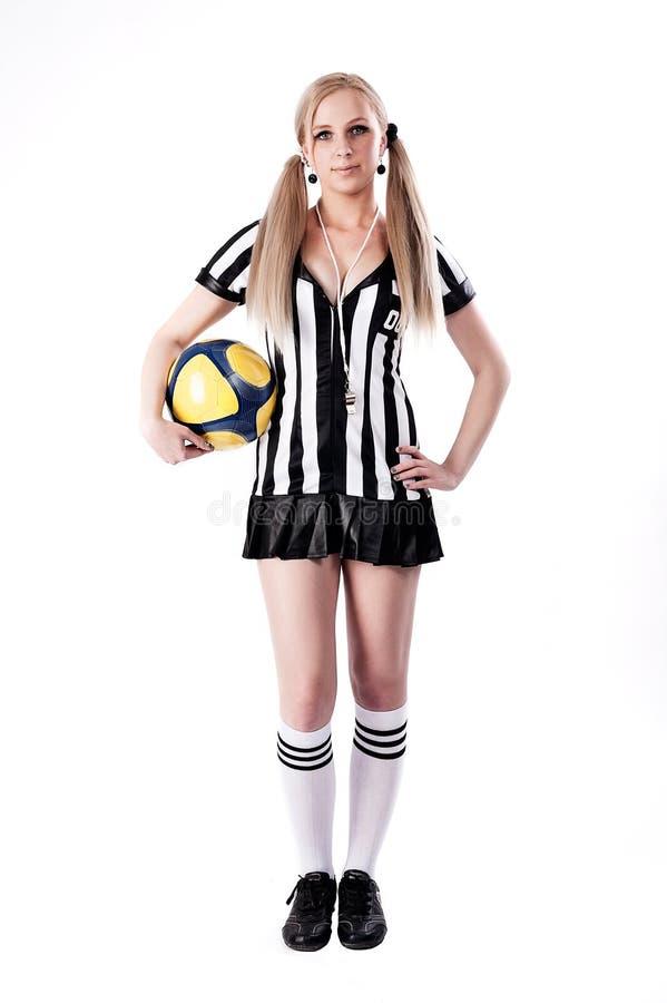 Árbitro atractivo del fútbol con la bola imagen de archivo