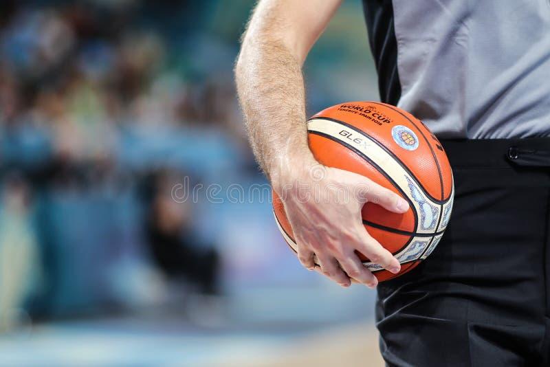 Árbitro do basquetebol com a bola alaranjada oficial fotos de stock royalty free