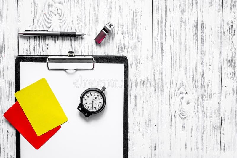 Árbitro que prepara-se à competição Cartões amarelos e vermelhos, cronômetro, assobio no copyspace de madeira da opinião superior imagens de stock