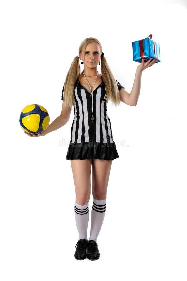 Árbitro 'sexy' do futebol com bola e caixa de presente fotos de stock royalty free