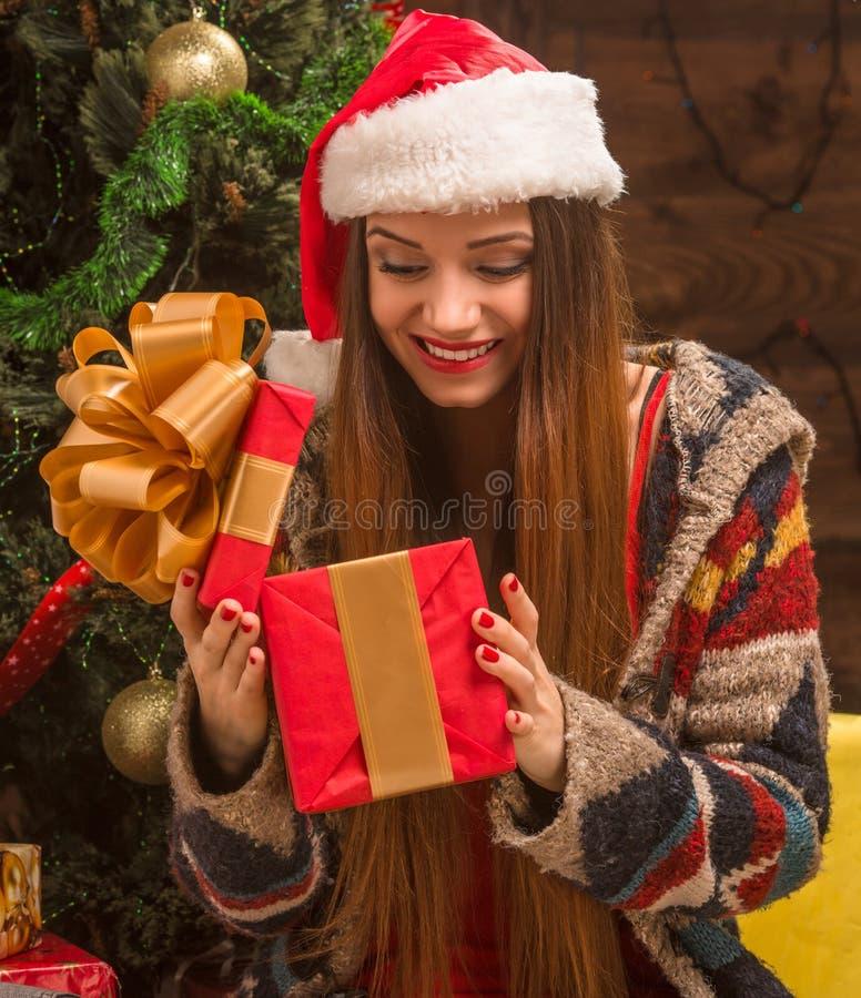 Árbol cercano de apertura del Año Nuevo de la muchacha hermosa actual fotos de archivo libres de regalías