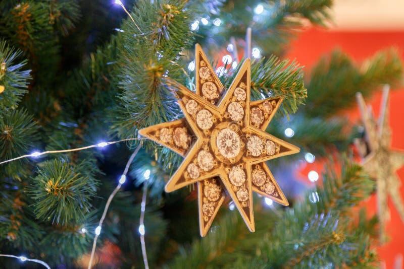 Árbol de abeto adornado de la Navidad tradicional o del Año Nuevo imágenes de archivo libres de regalías