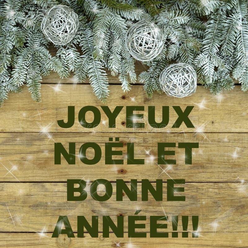 Árbol de abeto con las bolas de plata del brillo en fondo áspero natural de madera Postal de la Navidad en verde y blanco imagen de archivo libre de regalías