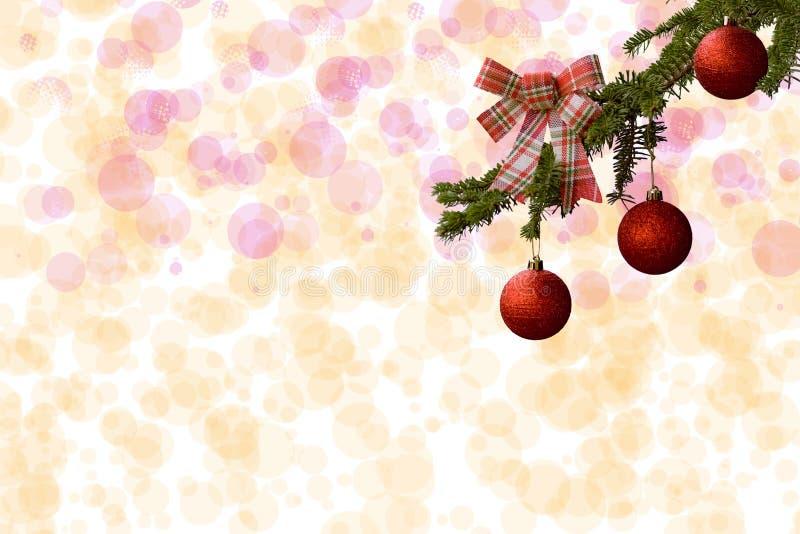 Árbol de abeto con las bolas rojas del brillo en el fondo blanco Efectos de Bokeh Postal de la Navidad imagen de archivo libre de regalías