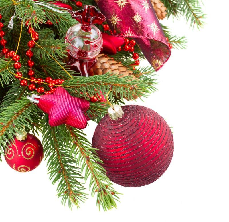 Árbol de abeto con las decoraciones y los conos rojos de la Navidad imagenes de archivo