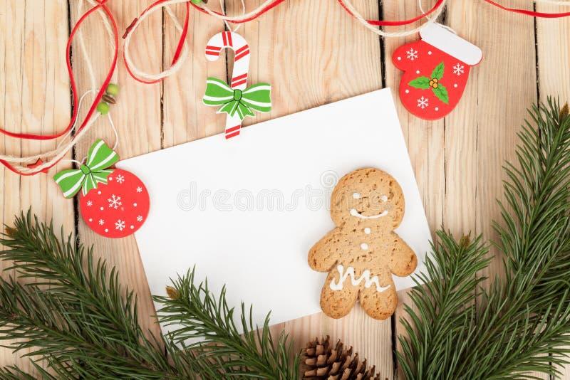 Árbol de abeto de la Navidad, galletas del pan de jengibre y tarjeta para el espacio de la copia fotografía de archivo libre de regalías