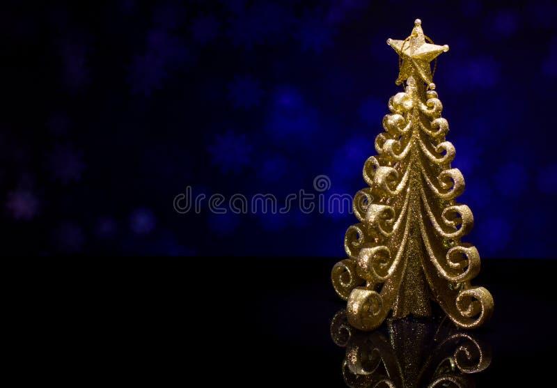 Árbol de abeto del oro del ` s de la Navidad y del Año Nuevo fotos de archivo libres de regalías
