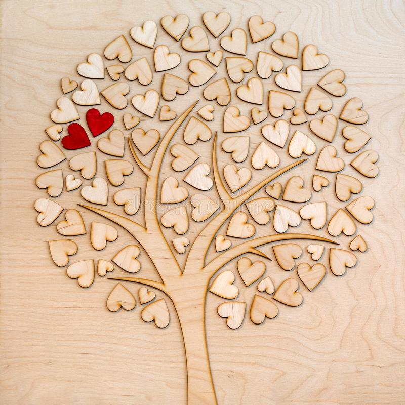 Árbol de amor ecológico con dos corazones rojos fotos de archivo