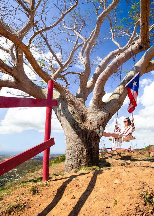 Árbol de balanceo Puerto Rico de la muchacha fotografía de archivo libre de regalías