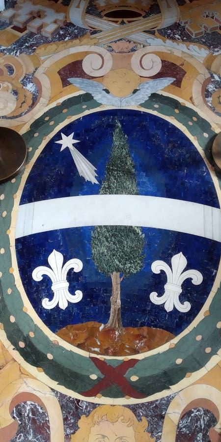 Árbol de Chipre en campo azul con la estrella y Fleur de Lis que flanquea fotografía de archivo libre de regalías