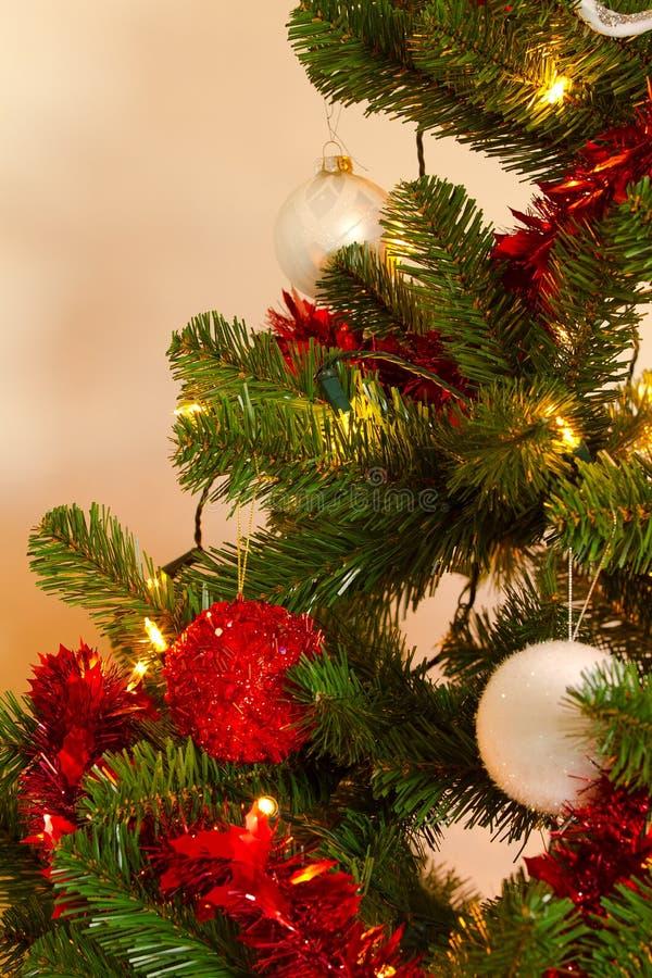 Árbol de Christmass con las decoraciones y las luces imagen de archivo libre de regalías