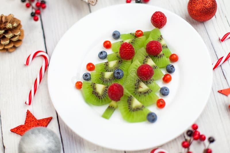 Árbol de Kiwi Christmas - la idea de la comida de la diversión para los niños va de fiesta o desayuna imágenes de archivo libres de regalías