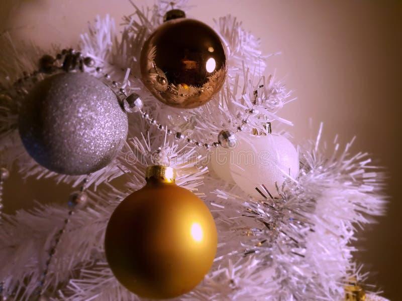 Árbol de la decoración de la Navidad blanca, oro, plata, bolas blancas guirnalda de plata, luz de la Navidad, decoración, ideas d imagen de archivo libre de regalías