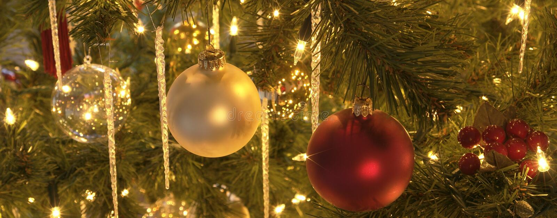 Árbol de las decoraciones de la Navidad fotografía de archivo
