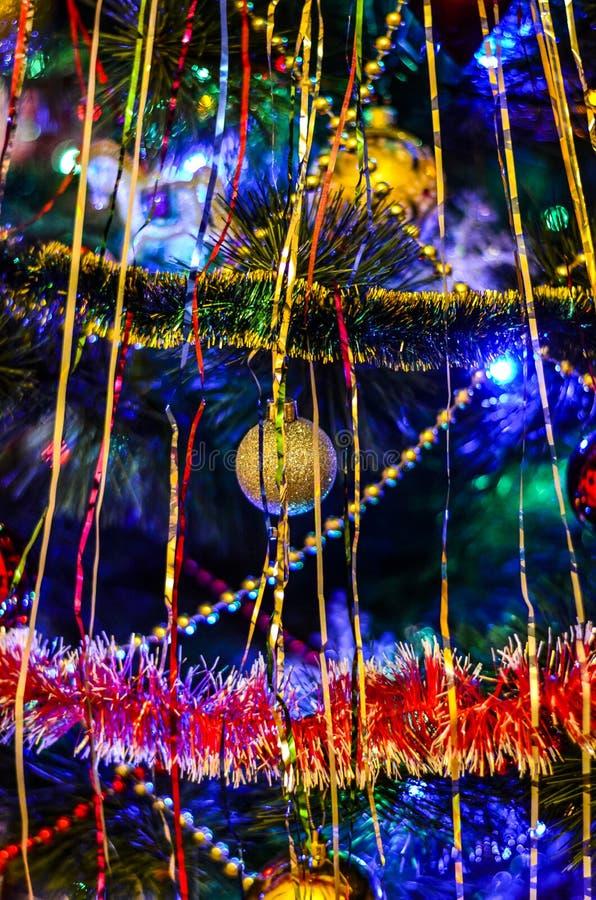 Árbol de navidad adornado brillante con los juguetes y las guirnaldas fotografía de archivo libre de regalías