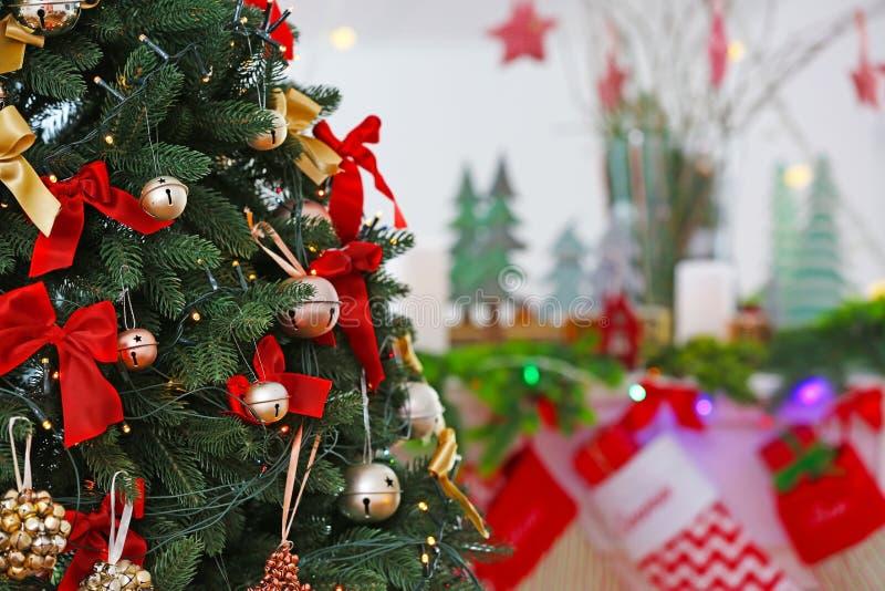 Árbol de navidad adornado con los cascabeles, fotografía de archivo