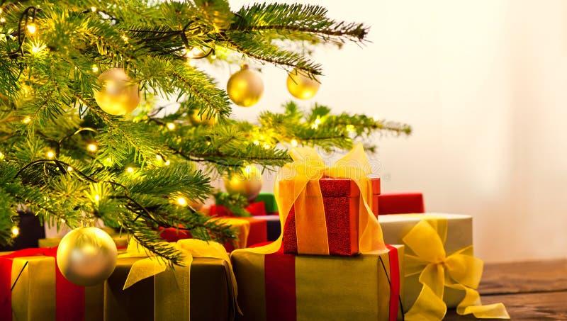 Árbol de navidad adornado con los presentes imagen de archivo