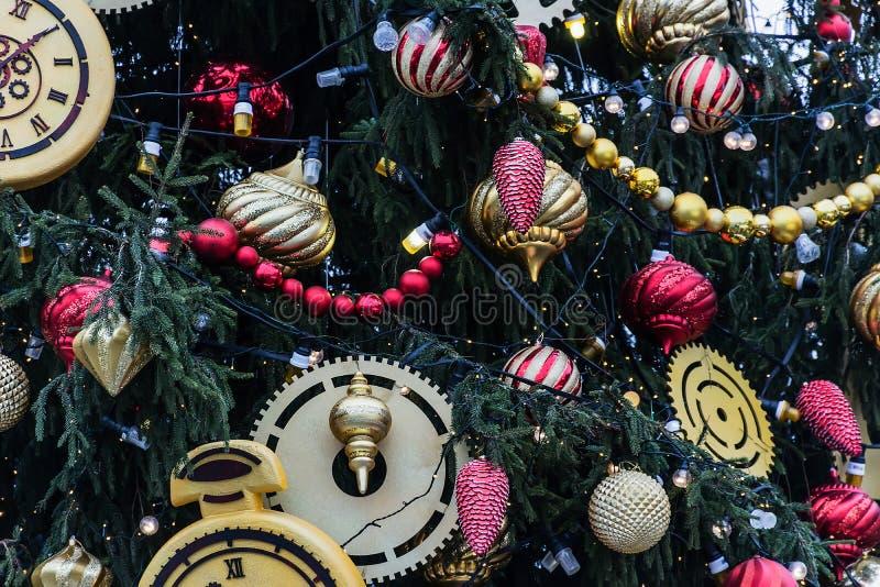Árbol de navidad adornado con muchos juguetes foto de archivo