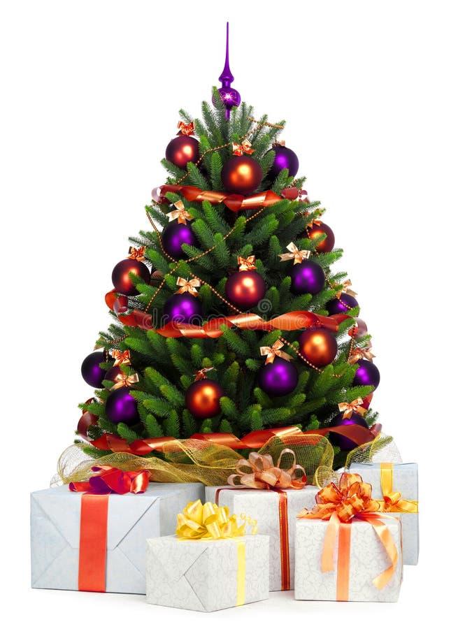 Árbol de navidad adornado en el fondo blanco fotografía de archivo
