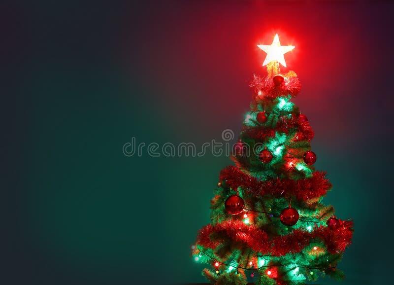 Árbol de navidad adornado Gree de la Feliz Navidad y de la Feliz Año Nuevo fotografía de archivo