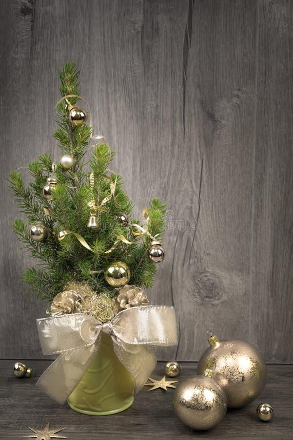 Árbol de navidad adornado y chucherías de oro en la madera, espacio del texto imagen de archivo
