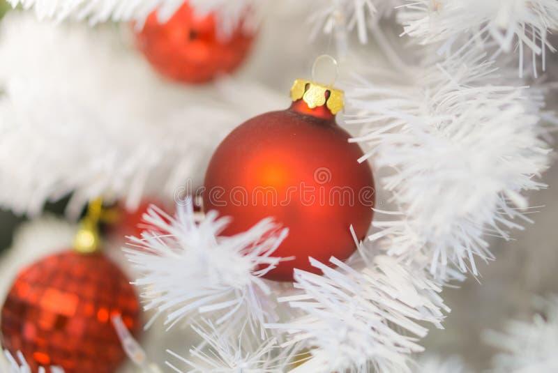 Árbol de navidad blanco adornado hermoso con los bulbos y las luces rojos imagen de archivo libre de regalías